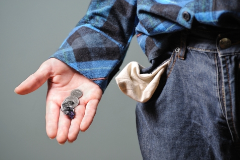 141022-emptypockets-stock